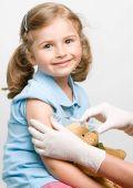 Niño de vacunación de regreso a la escuela