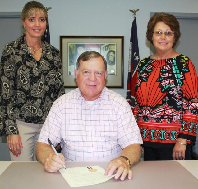 El alcalde de Chatsworth, Dan Pendland, firma la Proclamación del Mes de Concientización sobre el Cáncer de Mama en presencia de Murray Cathy Gray y Debbie Chesnutt del Departamento de Salud del Condado - web