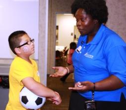 Kimbilee Jonas de Whites Pediatrics y el joven Diego Hurtado en Food Day en Dalton