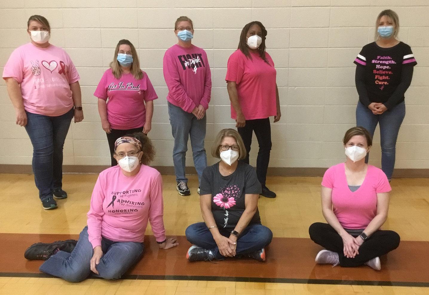 Murray Personal del Departamento de Salud del Condado posa para crear conciencia sobre el cáncer de mama