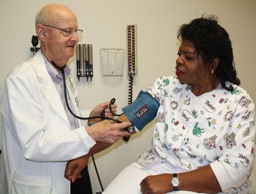 Dr. J. Sherwood Jones con la paciente Elizabeth Reid
