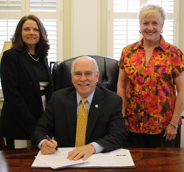 Alcalde Gene Hobgood con Cherokee La directora del Departamento de Salud del condado, Denise Bowman, a la izquierda y Cherokee Nancy Stackhouse, coordinadora de servicios de inmunización del condado, a la derecha